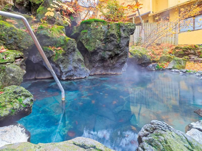 【露天風呂】岩石に囲まれた露天風呂