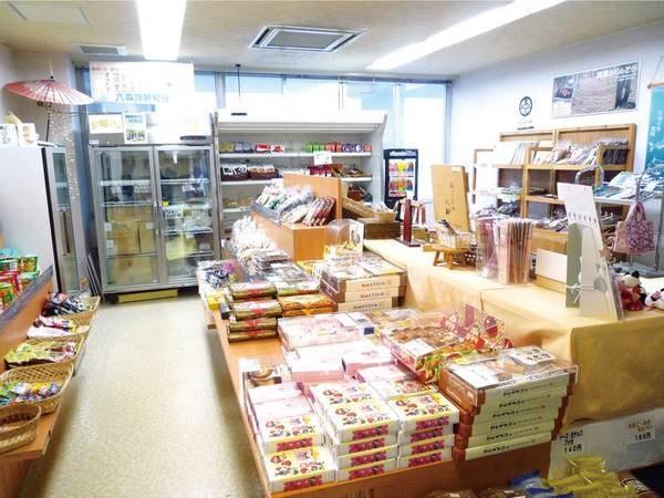 【売店】地元の銘菓・食材が並ぶ