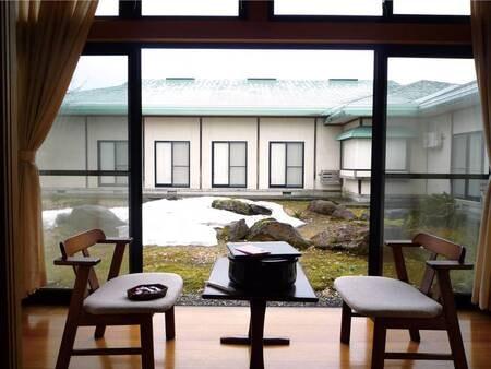 【客室/例】広縁からは庭園を望む