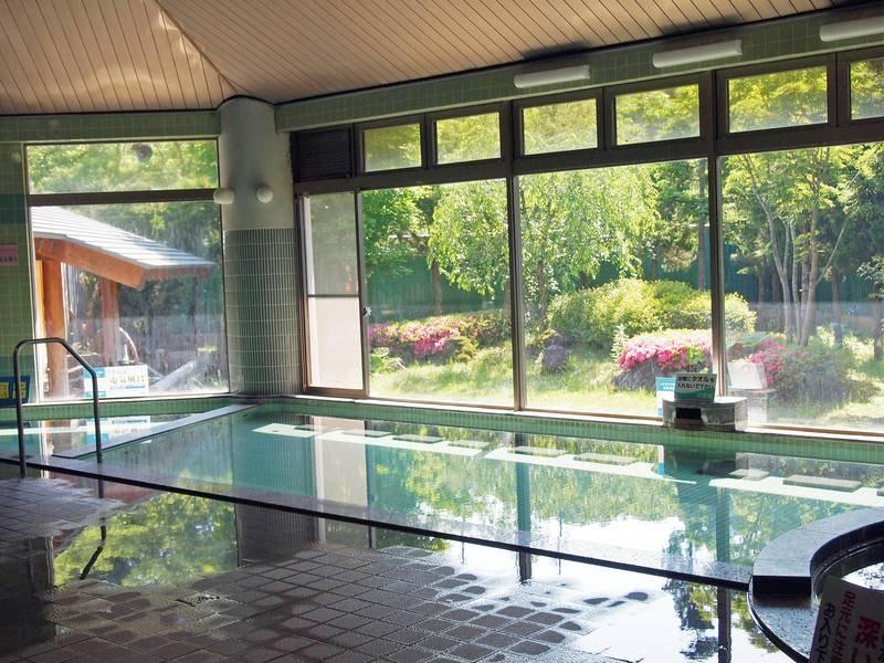 【大浴場】開放的な空間でのびのびと寛ぐ