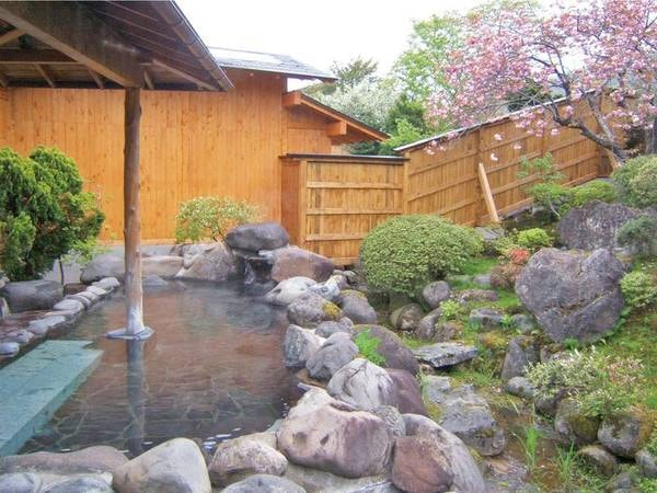 【庭園露天風呂/春】四季を織りなす庭園を眺めながら露天風呂に浸かる
