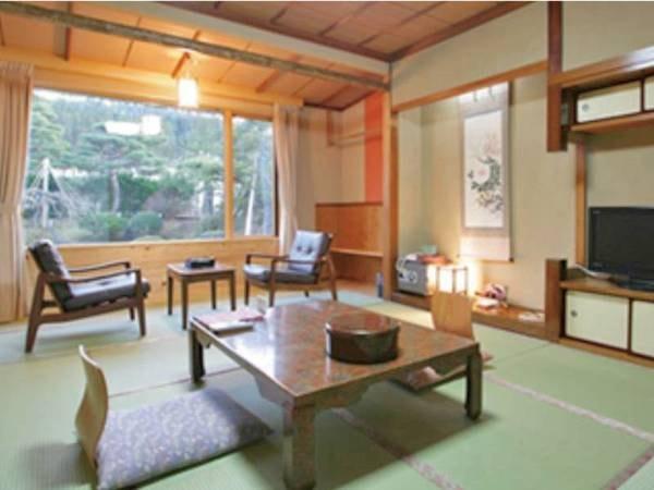 【和室/一例】窓の景色は中庭の日本庭園。洗面所のフローリング床には温泉の熱交換した床暖房が施され足下は冬もあったかで快適