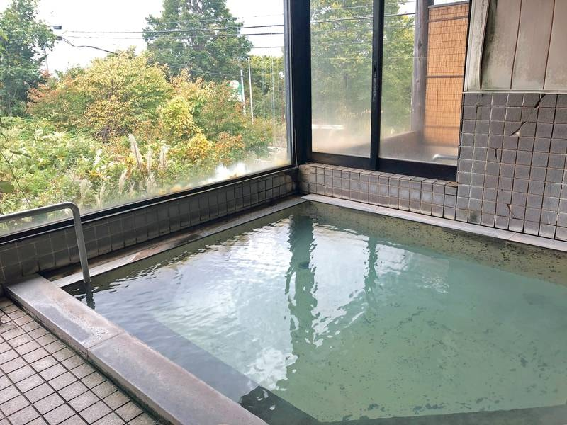 【男・大浴場】硫黄の香りと湯の花が広がる湯船