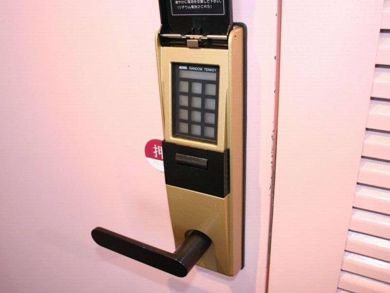 大浴場(女性)入り口は『暗証システム』付ドアとなっております。