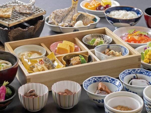 【朝食/例】和定食におばんざいをお好みで選べるハーフバイキングがついた形式の朝食。讃岐うどんや新鮮な魚介など朝から旬の味覚をいただく。