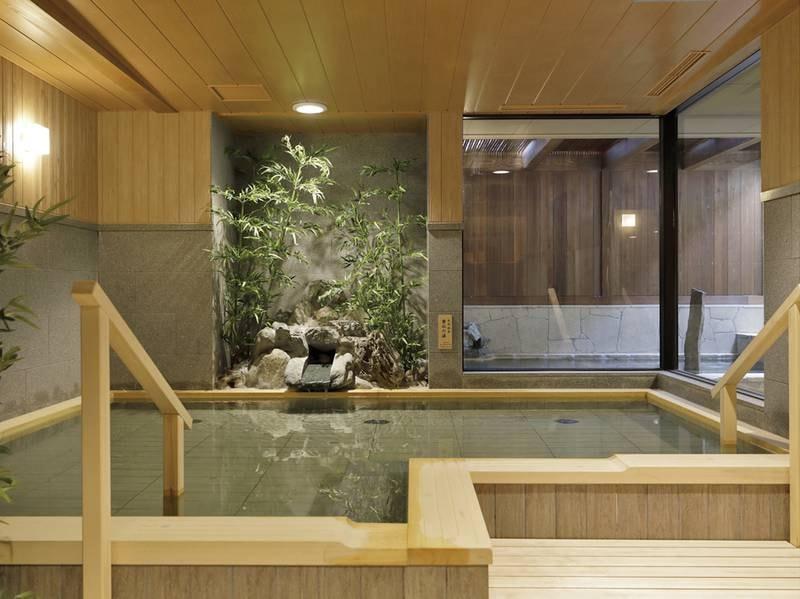 【雲水の湯(男性)】モダンな和の趣に満ちた浴場で参拝前には心身を清め、参拝後は石段を行き来した体を癒す