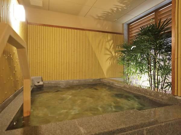 【貸切風呂~竹~】ところどころ竹であしらわれた造りが特徴的。さわやかな気分で湯を楽しめる