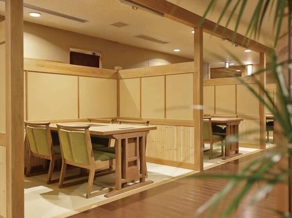 【3密回避の半個室食事会場/例】仕切りで知られており、3密回避の半個室会場。ペア用の座席も、向かい合わせではなくカウンター形式の並び方で感染対策。