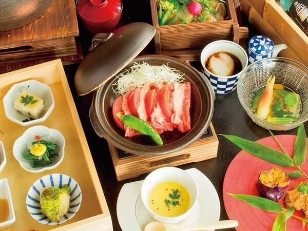 【夕食一例】自然の恵み溢れる地元素材をメインに使用、全て手作りにこだわった料理長自慢のコース料理を堪能