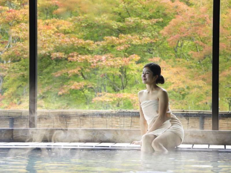 【大浴場 大観の湯】源泉100%かけ流し。大きな窓からは、季節の移ろいをお楽しみいただけます。