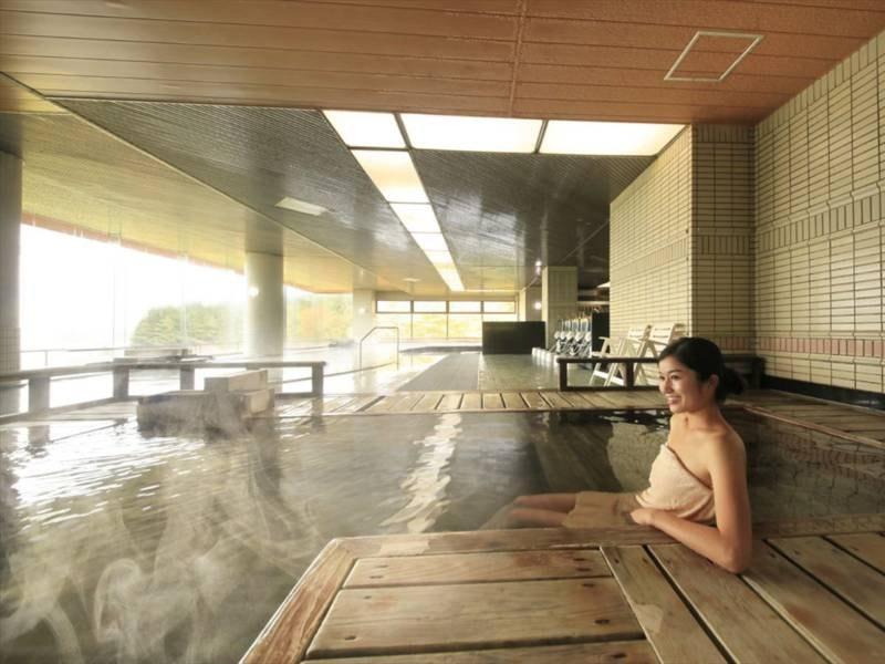 【大浴場 古代檜風呂】血行や新陳代謝を促進し、神経を休める作用がございます。木の香漂う寝湯です。