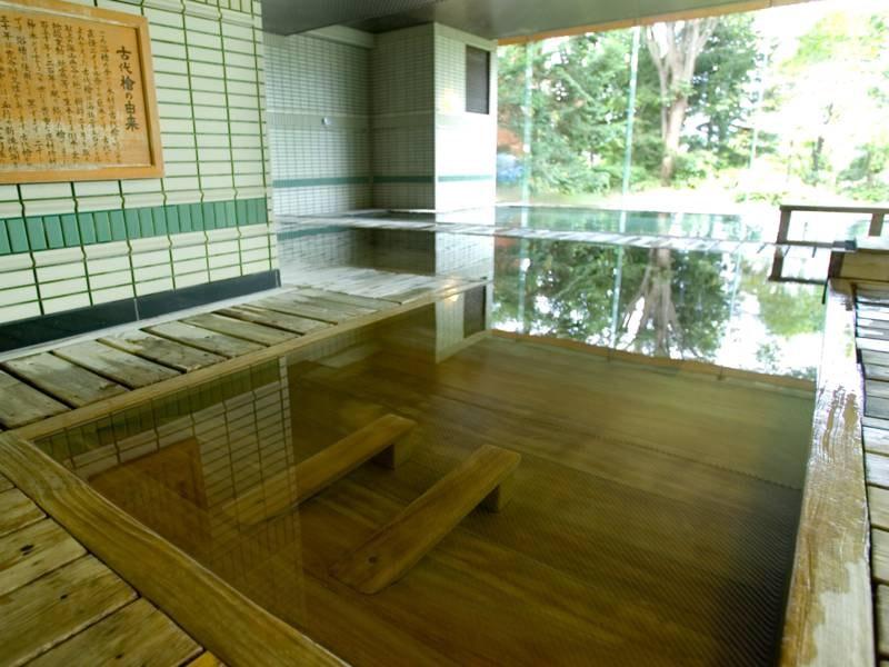 【大浴場 古代檜風呂】木の香漂う、ひのきの寝湯。ゆっくり湯に浸かり、日頃のお疲れを十分にお癒し下さいませ。