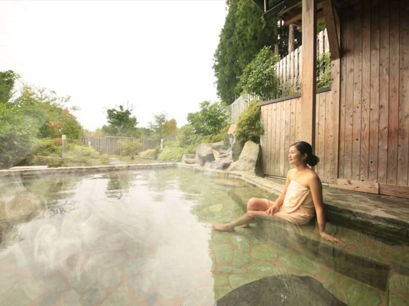 【露天 薬師の湯】女性用露天風呂。自然を望む開放感のある露天で、美肌の湯をご堪能ください。