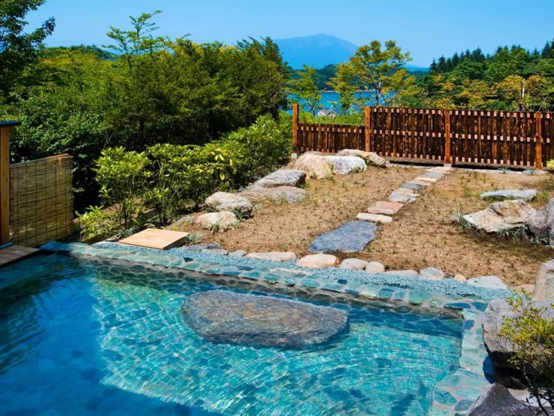 【露天 薬師の湯】晴れた日には岩手山が望めます。開放的な空間で、ゆったりとお寛ぎください。