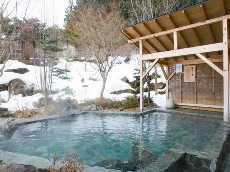 【露天 簾下りの湯(冬)】男性用露天風呂。開放感と野趣あふれる露天風呂です。