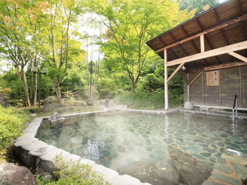 【露天 簾下りの湯】男性用露天風呂。岩手山を望み、開放感と野趣あふれる露天風呂です。