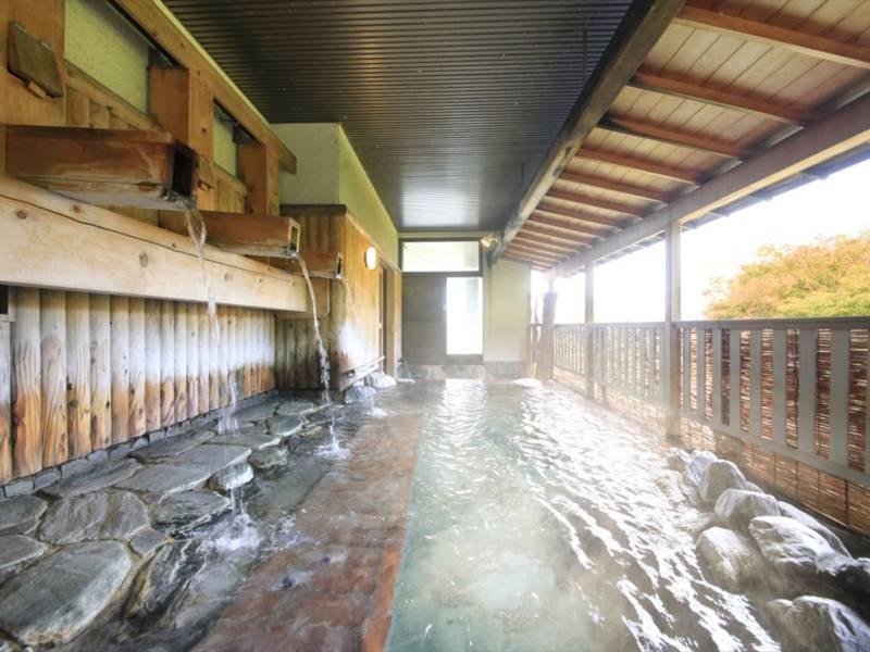 【打たせ湯露天】おいしい空気に四季を感じながら源泉の湯をお楽しみください。