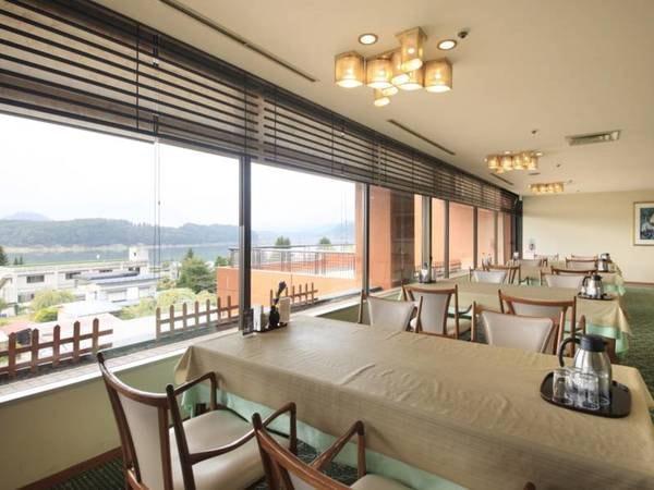 【レストランあすか】湖を望み、ゆったりとした雰囲気の中でお食事をお楽しみいただけます。