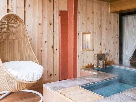 【<別邸うらら>足湯付スタンダード 客室露天風呂/例】ゆったりとした露天風呂に浸かりながら、奥羽連山と御所湖を一望できます。