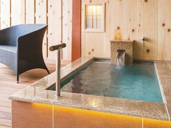【<別邸うらら>露天風呂付スタンダード 客室露天風呂/例】ゆったりとした露天風呂に浸かりながら、奥羽連山と御所湖を一望できます。