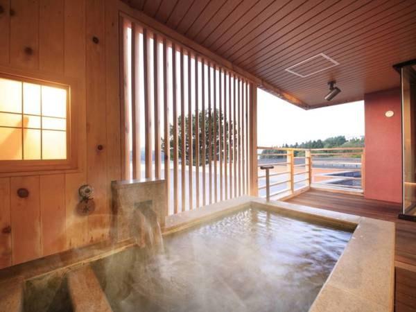 【<別邸うらら>デラックス 客室露天風呂/例】客室付の露天風呂のほか、一般宿泊棟の大浴場・露天風呂・打たせ湯露天も、もちろんご利用いただけます。お湯は源泉100%掛け流し、美肌効果があると評判です。