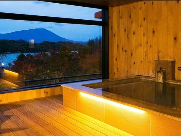 【<別邸うらら>『宙』 客室露天風呂/例】ゆったりとした露天風呂に浸かりながら、奥羽連山と御所湖を一望できます。