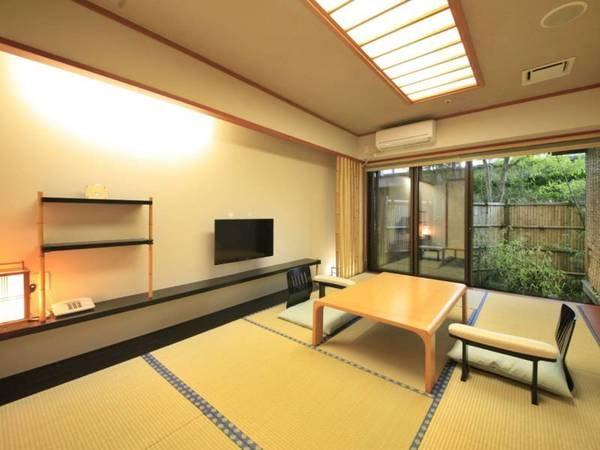 【露天風呂付客室/例】坪庭を備える、落ち着いた雰囲気のお部屋です。