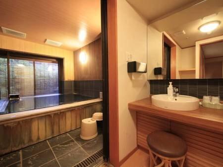 【露天風呂付客室/例】最大5名で入浴できる内湯を備えた、バリアフリー対応の空間で寛ぎのひと時をお過ごしくださいませ。
