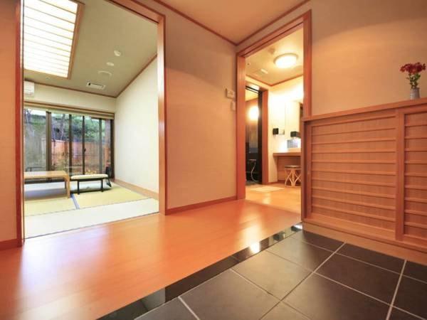 【露天風呂付客室/例】お部屋の入口、トイレ等はバリアフリー設計となっております。お身体の不自由な方でも安心してご利用いただけるお部屋です。
