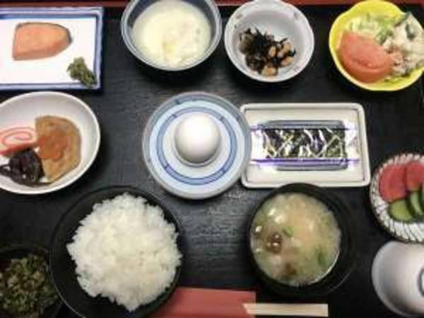 朝食の一例 (地元福光で採れたお米でのご飯です)