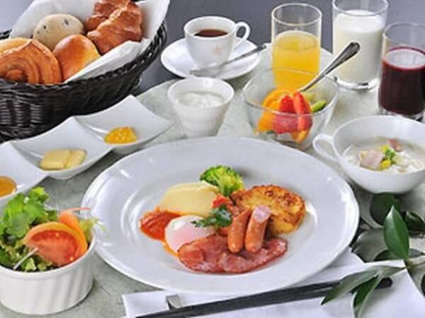 【朝食/一例】自慢の焼きたてパンをどうぞ!