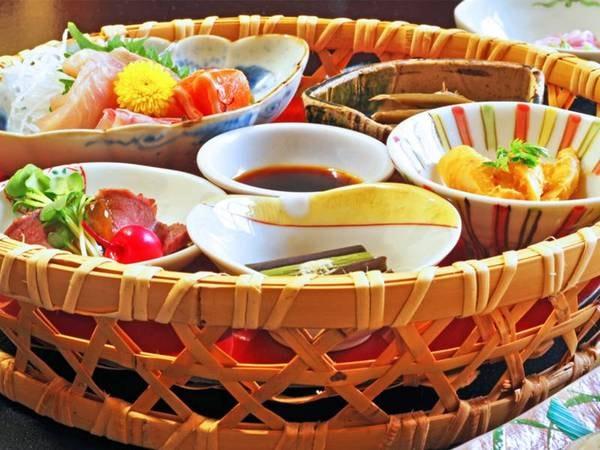 【夕食一例】お刺身や小鉢の籠盛りー季節によって内容が変わります