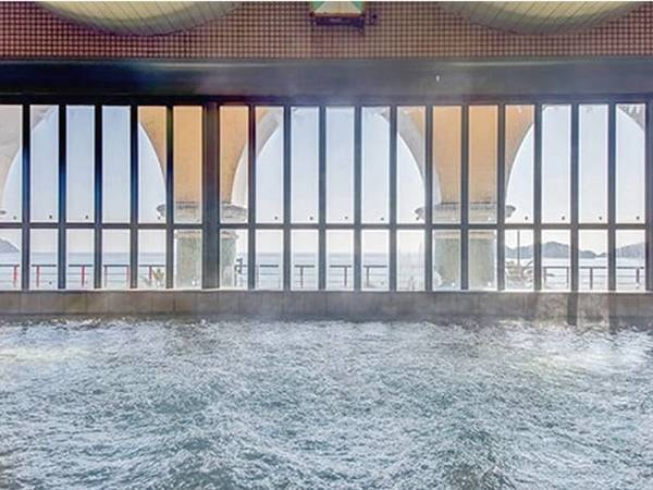 【温泉大浴場】海が見える大浴場は、深層から湧出するとろとろの湯触りの天然温泉です