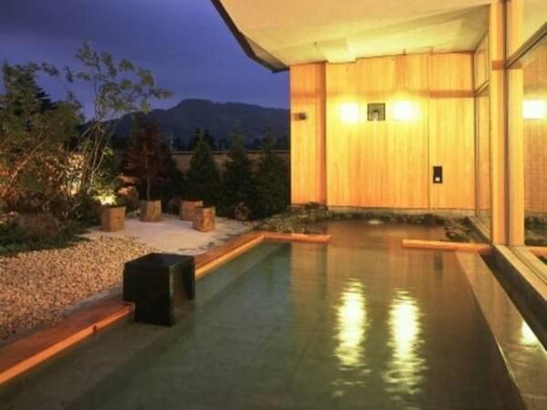 露天風呂/露天風呂の奥には打たせ湯がございます。