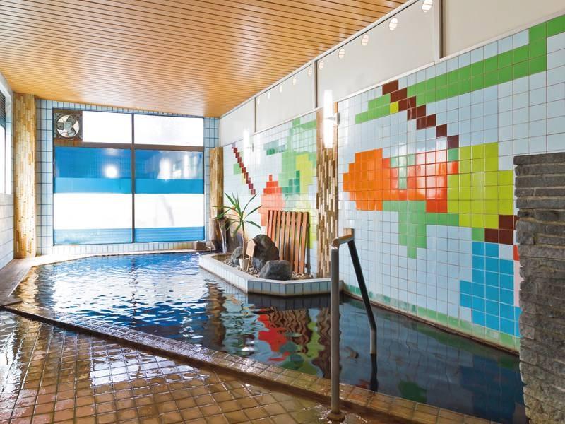 【大浴場(女性)】昔ながらの趣残る浴場で茶褐色の温泉を満喫