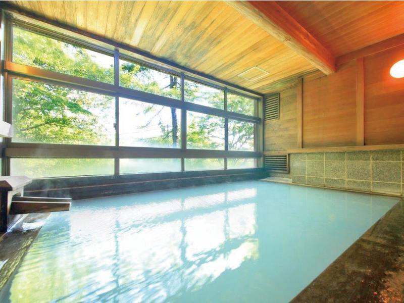 【展望浴場】鮮やかな緑の景色と檜の香りを楽しむ