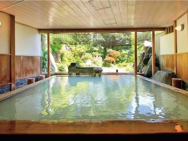 【庭園露天風呂】硫黄と檜の香りが心地よいかけ流しの湯