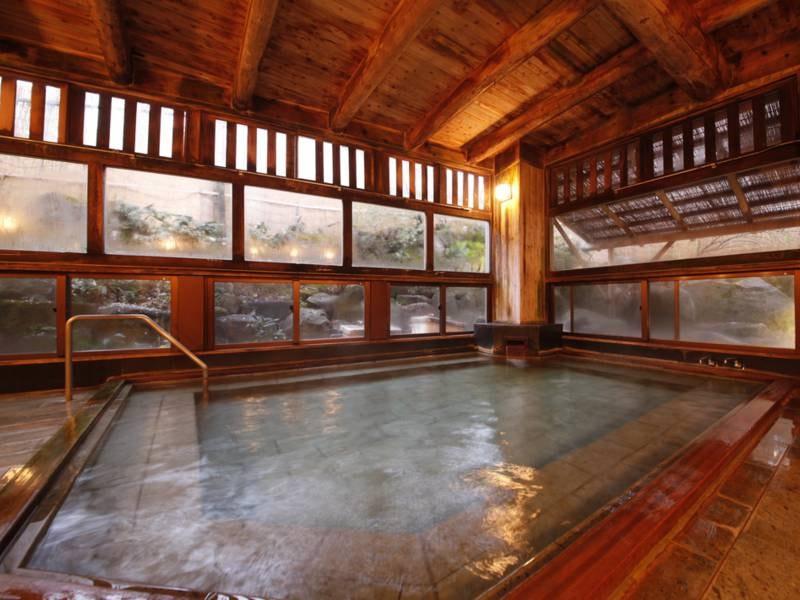大浴場(男性用)露天風呂併設:硫黄泉が苦手な方もやさしい弱アルカリミネラル人工泉でのんびり