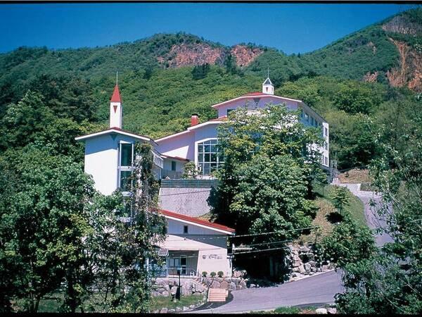 【外観】山々に囲まれたホテル