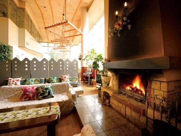 【ロビー】暖炉の温かいぬくもりと、吹き抜けにそそぐ自然光で穏やかな雰囲気
