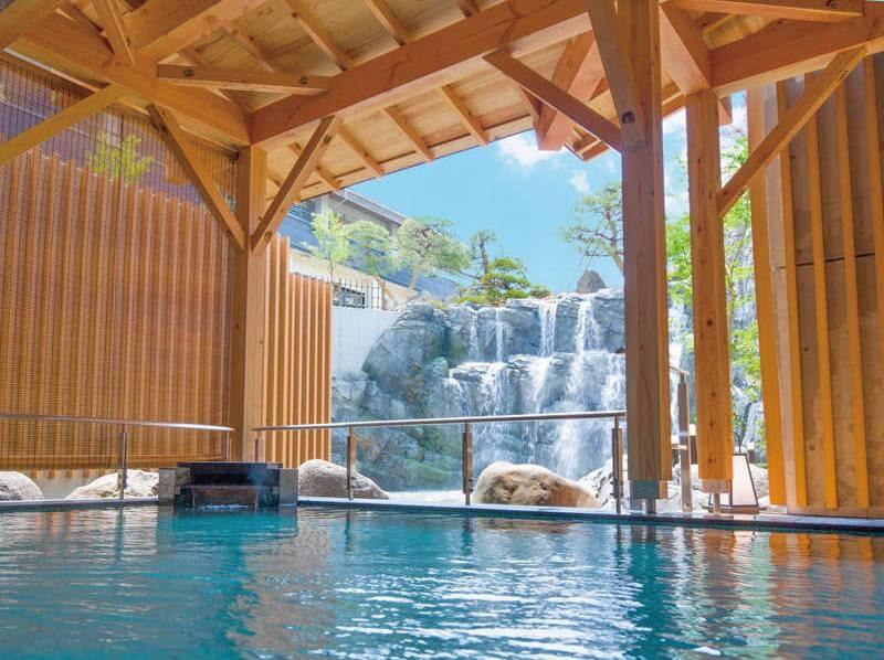 【露天風呂】庭園から流れる滝を眺める露天風呂