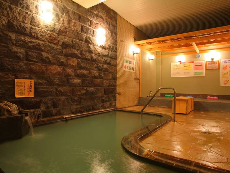 大浴場「浪漫湯」(地下1階)。5つのお風呂が楽しめ、貴宝石の岩盤浴もあり!