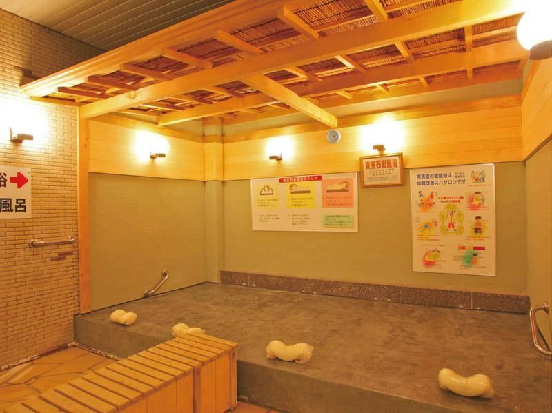 大浴場「浪漫湯」。貴宝石の岩盤浴