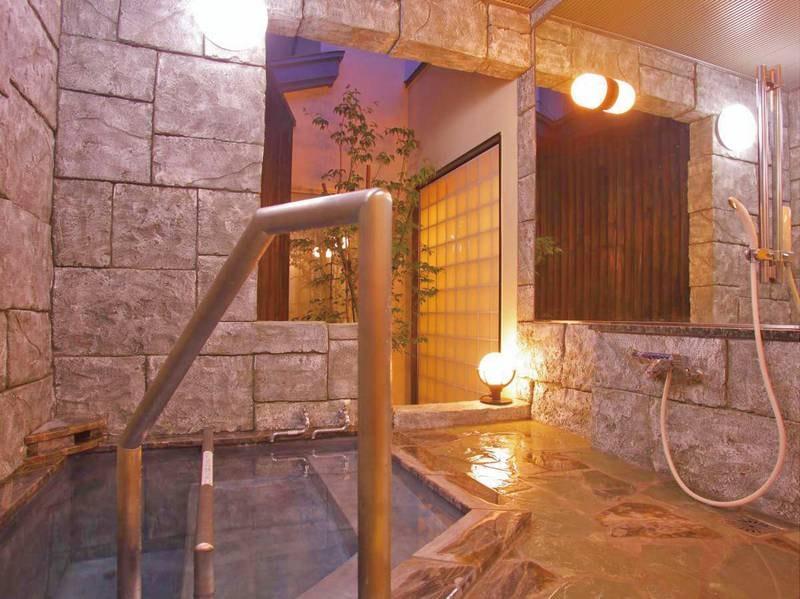 1階貸切風呂「貴宝石風呂立湯」。深さ120㎝のお風呂となります(1回30分1,100円)
