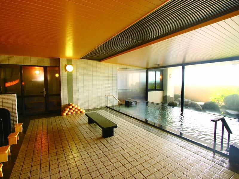 【大浴場】広々とした開放的な大浴場※合計21段の階段あり
