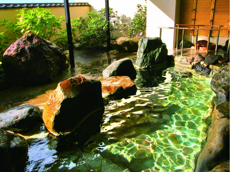 【露天風呂】潮風を感じる岩造り露天風呂は大浴場に併設