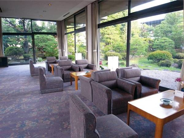 ロビーラウンジと日本庭園