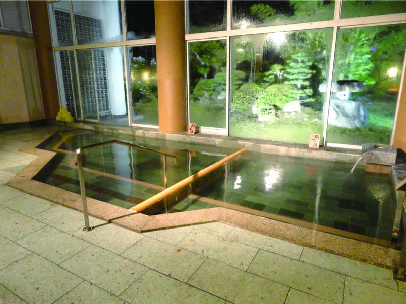 【大浴場/あさみどり】開放的な高い天井と、一面のガラス窓から四季の風景が望める