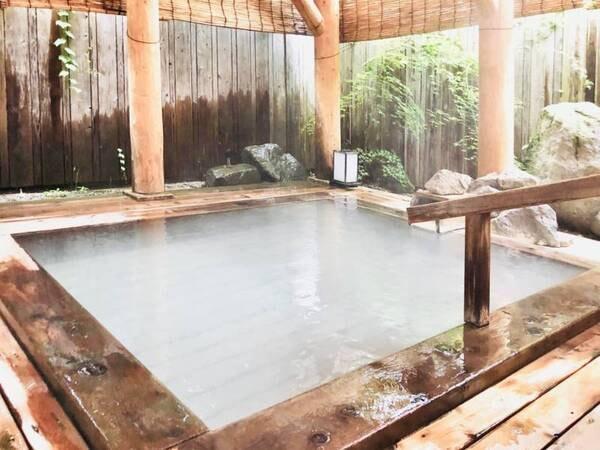 【女性用露天風呂】あたたかみのあるヒノキ造りの浴槽