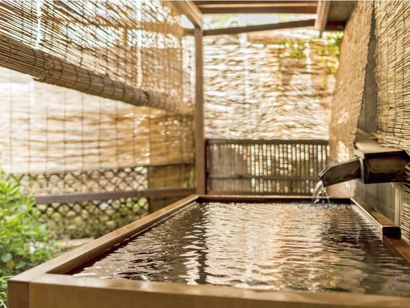 【「こまちの湯」露天風呂】お一人様用の檜風呂でゆったり